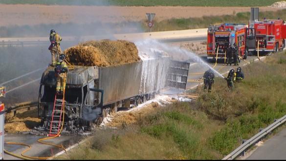 Los bomberos apagan el incendio de un camión de paja en la A-30 en Cartagena