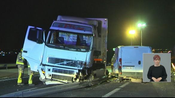 Un fallecido y tres heridos tras el choque de un camión y una furgoneta en Lorquí