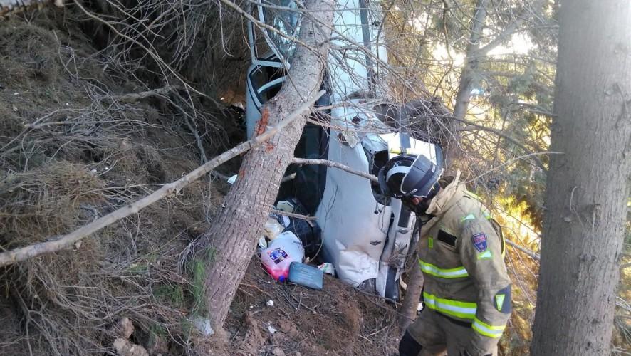 Trasladan al hospital a dos personas tras caer su coche por un terraplén en San Javier