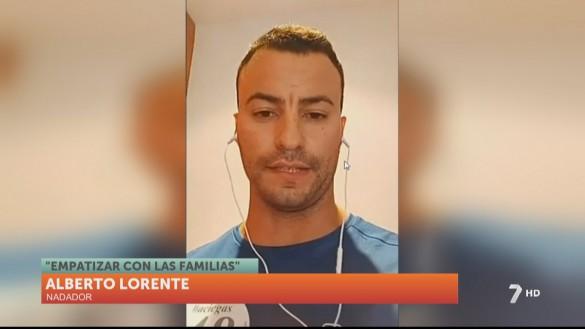 Alberto Lorente nada a ciegas por el Mar Menor para colaborar con Aidemar