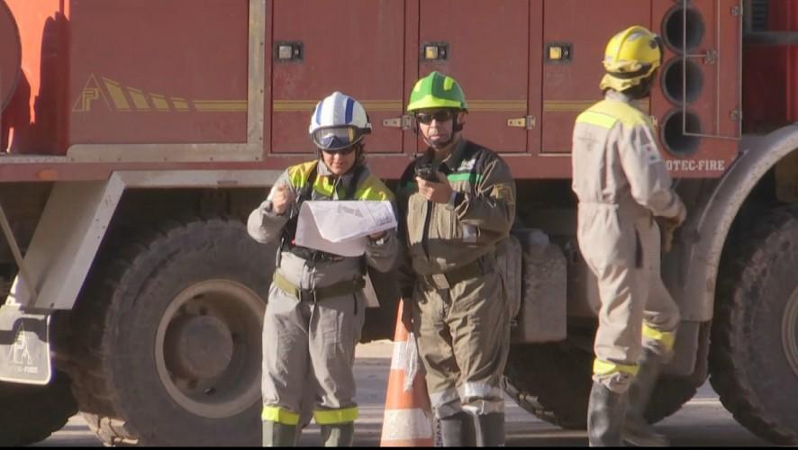 Bomberos intentan sofocar el incendio declarado en una fábrica de plásticos de Cieza