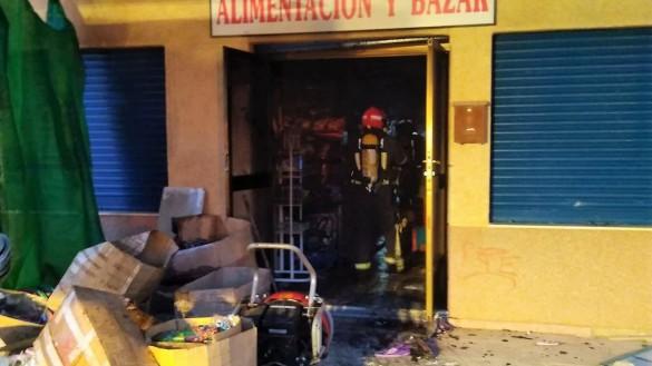 Bomberos sofocan un incendio en un bazar de La Azohía en Cartagena