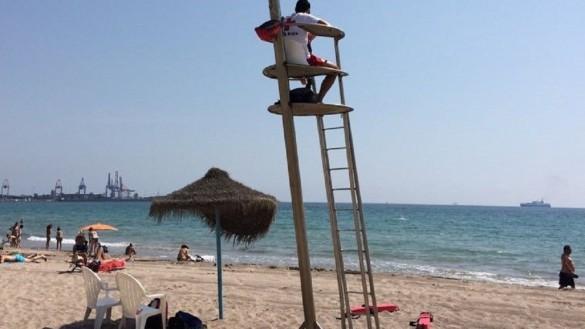La bandera amarilla ondea en la playa de Levante de Cabo de Palos (Cartagena) por picaduras de medusa
