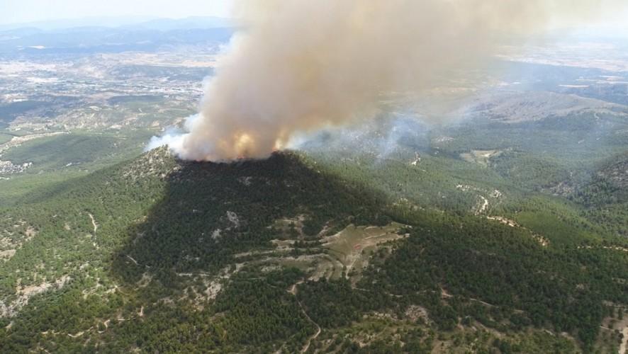 Unos 150 efectivos y ocho aeronaves combaten un incendio forestal en Caravaca