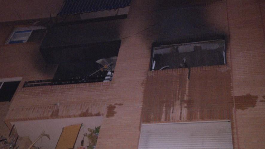 Cuatro vecinos intoxicados por un humo en un incendio de una vivienda en Abarán