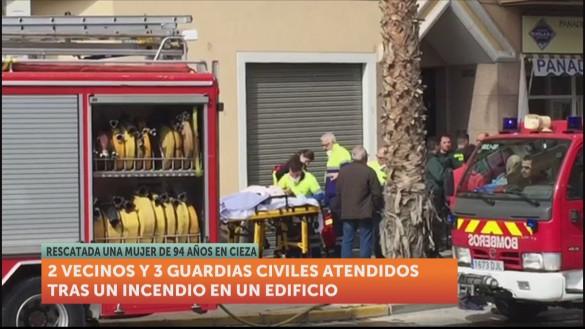 Dos vecinos y tres guardias civiles, intoxicados por humo en un incendio en Cieza