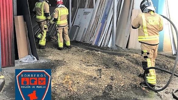 Extinguen un incendio declarado en una carpintería en San Javier