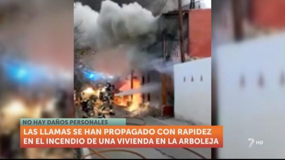 Casi una veintena de bomberos sofocan el incendio de una vivienda en La Arboleja (Murcia)