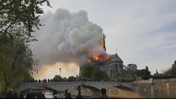 """Murcianos en París, """"abatidos y apenados"""" por la ruina de Notre Dame"""