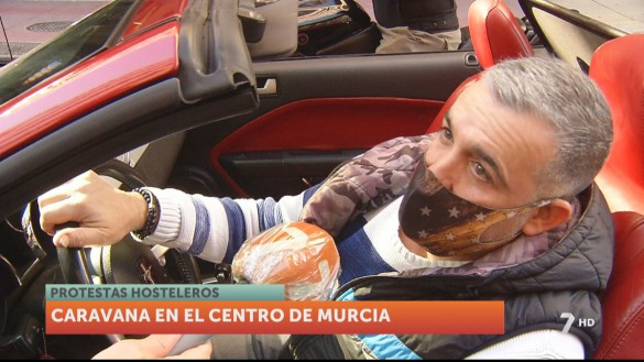Una caravana de coches recorre las calles de Murcia para apoyar a la hostelería