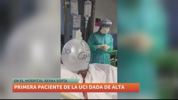 Aplausos para la primera paciente que recibe el alta en el Reina Sofía
