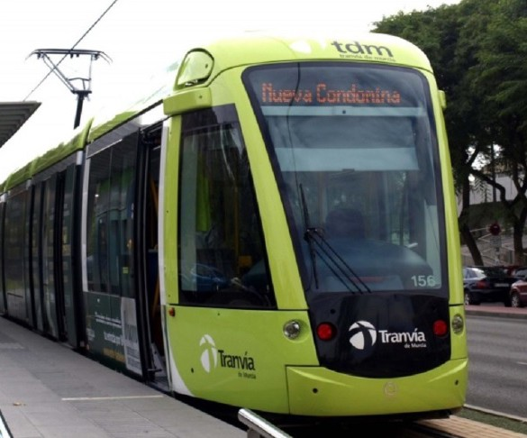 El tranvía de Murcia adelanta el horario para facilitar el traslado de los opositores a Espinardo