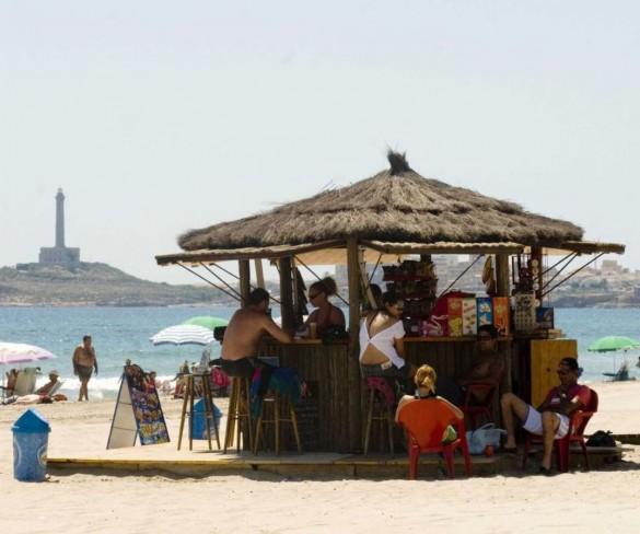 Arranca una campaña de la Policía Local de Cartagena para comprobar que los chiringuitos de playa cumplan la ordenanza