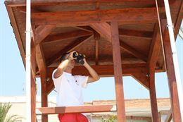 La bandera roja ondea en varios tramos de la playa de Galúa, en Cartagena