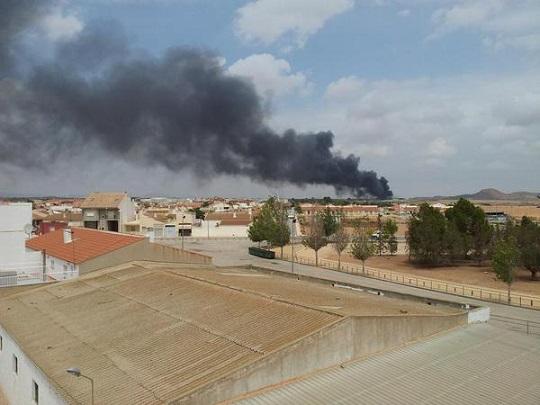 Herida una persona por quemaduras en el incendio de una nave industrial en Fuente Álamo
