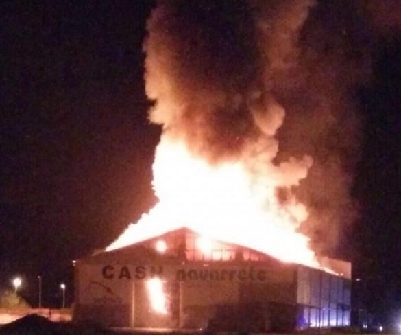 Extinguen un incendio en un supermercado mayorista en Cehegín