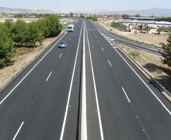 Dos heridos leves al volcar la furgoneta en la que viajaban en la carretera entre Lorca y Águilas