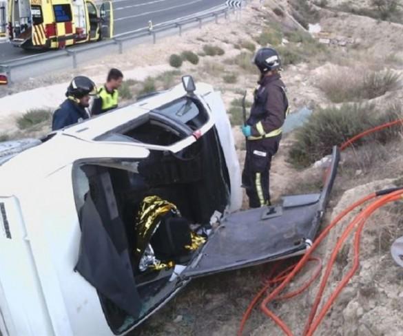 Dos hombres resultan heridos al volcar el turismo en el que viajaban en Ulea