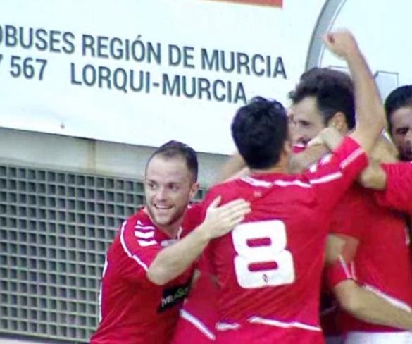 El Real Murcia remonta y asalta el liderato