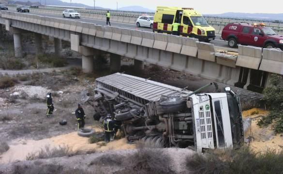 Herido el conductor de un camión tras caer desde la autovía a una rambla, en Lorca
