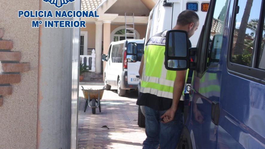 La Policía Nacional detiene a 13 personas por explotación sexual en un chalet de lujo de Molina