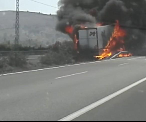 Un camionero sale ileso del aparatoso incendio de su vehículo en Cehegín