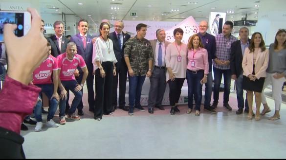 Manos de rosa contra el cáncer de mama