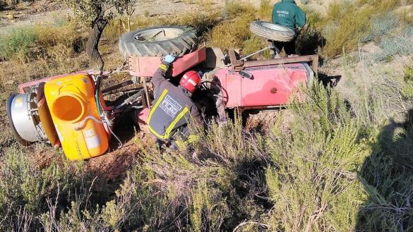 Fallece un hombre al caerle encima el tractor que conducía en Águilas