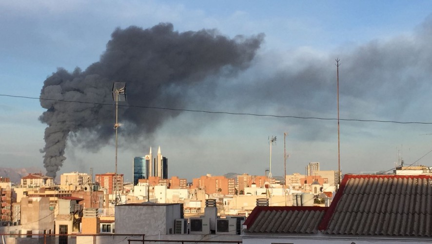 Un incendio en una fábrica de zumos en Casillas alarma a los vecinos de Murcia